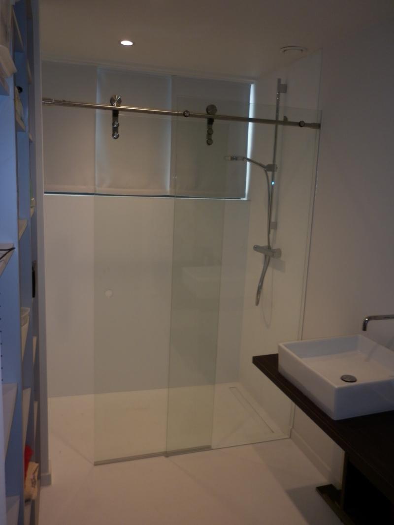 Glazen douchedeuren in badkamer gladeco - Credence glazen badkamer ...